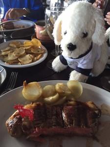 Mimo-beim-Steak-essen-im-Cabanas-las-Lilas-225x300